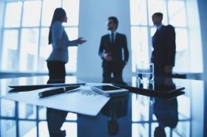 12-ejecutivos-negociando-en-una-reunion_1098-508
