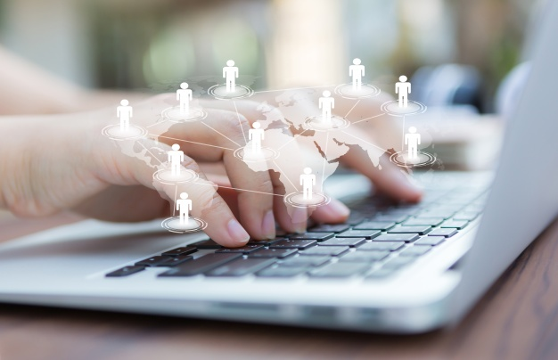 28-hands-with-laptop-and-virtual-world-map_1232-876